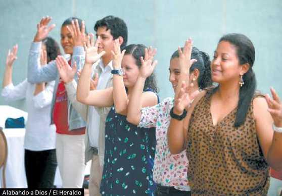 Sordomudos alaban a Dios en lenguaje de señas