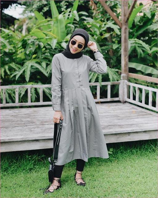 Outfit Baju Tunic Untuk Hijabers Ala Selebgram 2018 baju tunic abu legging slingbags sepatu cleopatra hitam kacamata bulat kerudung segiempat hijab square ciput rajut jam tangan ootd trendy kekinian rumput daun pisan