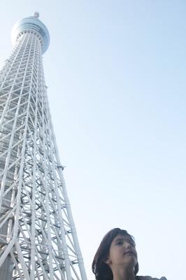 Paula con la Tokyo SkyTree de fondo