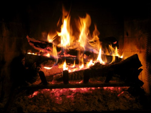 Bûche de Noël dans la cheminée
