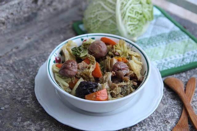 Cuillère et saladier : Potée de chou aux châtaignes et aux pruneaux (vegan)