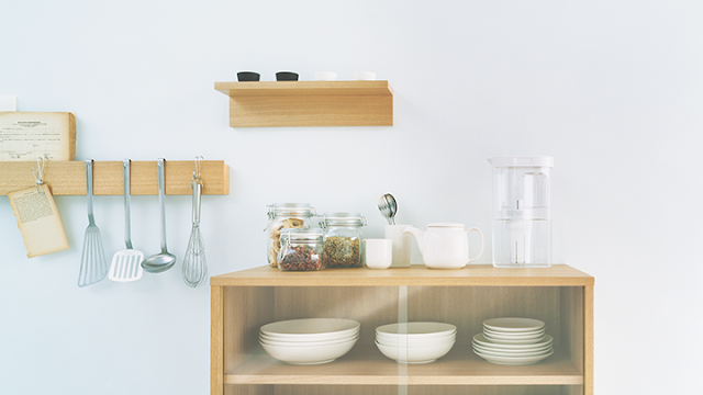 Estantes con utensilios de cocina, platos y bols