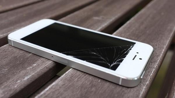 kính iPhone 5 bị vỡ cần được thay mới