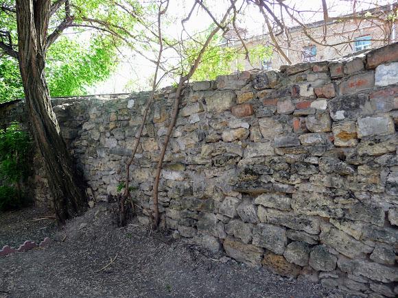 Херсон. Каменная кладка за территорией Дворца культуры