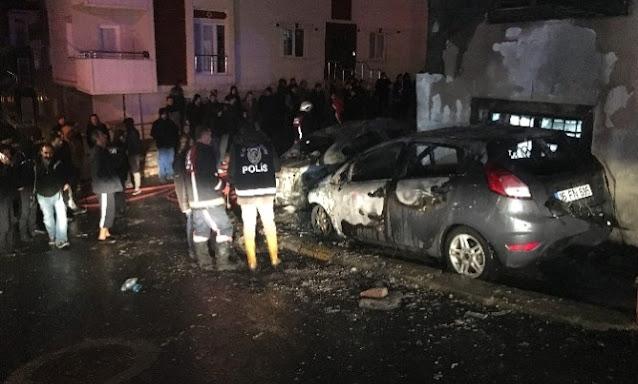 Park halindeki 3 araç bilinmeyen bir nedenle yandı