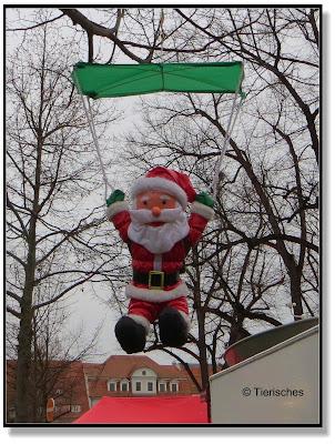 Weihnachtsmann beim Fallschirmsprung