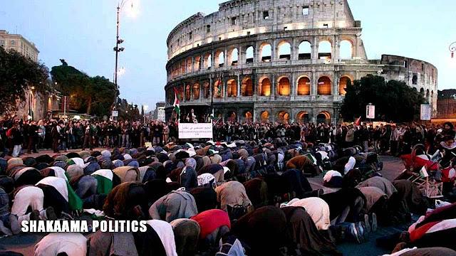 Muçulmanos rezam diante do Coliseu de Roma onde milhares ofereceram suas vidas por Cristo em séculos passados.