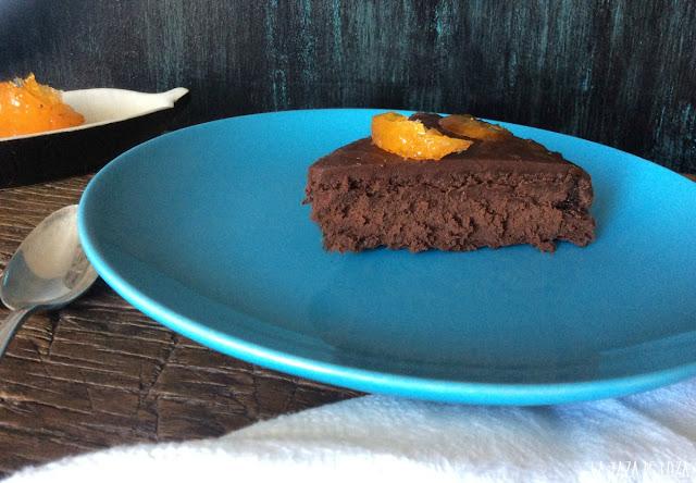 Trozo-de-tarta-de-chocolate-con-mandarina-confitada-sin-harina