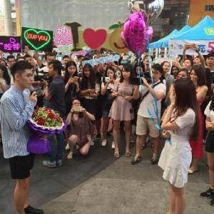 Man gathers huge crowd to profess love to crush, gets rejected