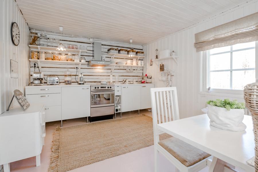 Biały domek z naturalnymi dodatkami, wystrój wnętrz, wnętrza, urządzanie mieszkania, dom, home decor, dekoracje, aranżacje, scandinavian style, styl skandynawski, rustic style, styl rustykalny, biel, white, small room, małe wnętrze, kitchen, kuchnia