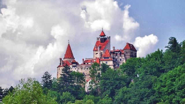 Kastil Bran yang disebut juga kastil drakula yang terlihat angker dan seram dari kejauhan meski di siang hari