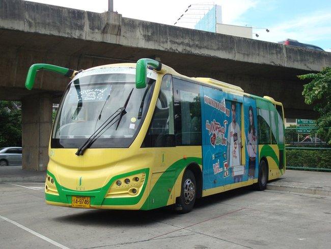 Желто-зеленый автобус похожий на пчелу