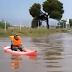 Απίστευτος τύπος κυκλοφόρησε με κανό στους πλημμυρισμένους δρόμους της Γλυφάδας (video)