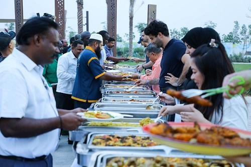 """عائلات """"الزاهية"""" تحتفي بمزودي الخدمات بالمجمع في شهر رمضان"""