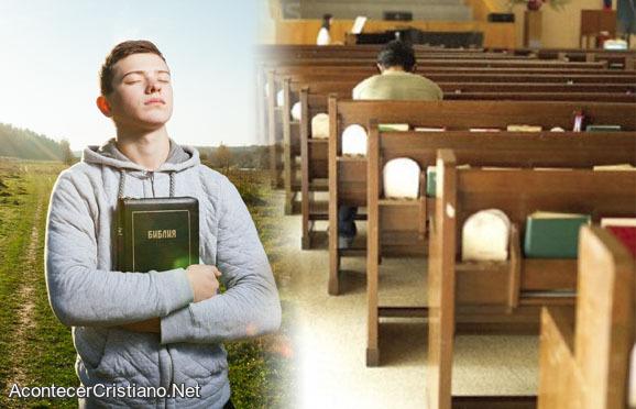 Jóvenes abandonan iglesia