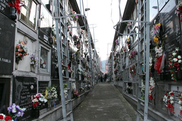 Escaleras metálicas en los nichos del cementerio de Barakaldo