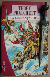 Portada del libro La luz fantástica, de Terry Pratchett