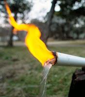 Bir borudan suyla birlikte çıkarak yanan metan gazı
