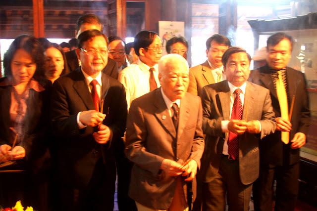 Các đại biểu dâng hương trước ban thờ liệt sỹ Tô Hiệu