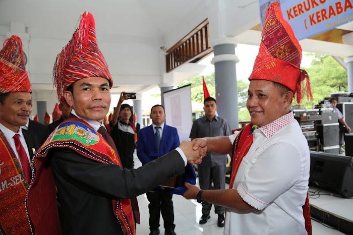 Plt. Bupati Nanang Ermanto melantik pengurus Kerukunan Masyarakat Batak (KERABAT)  di Aula Sebuku Pemkab Lamsel.
