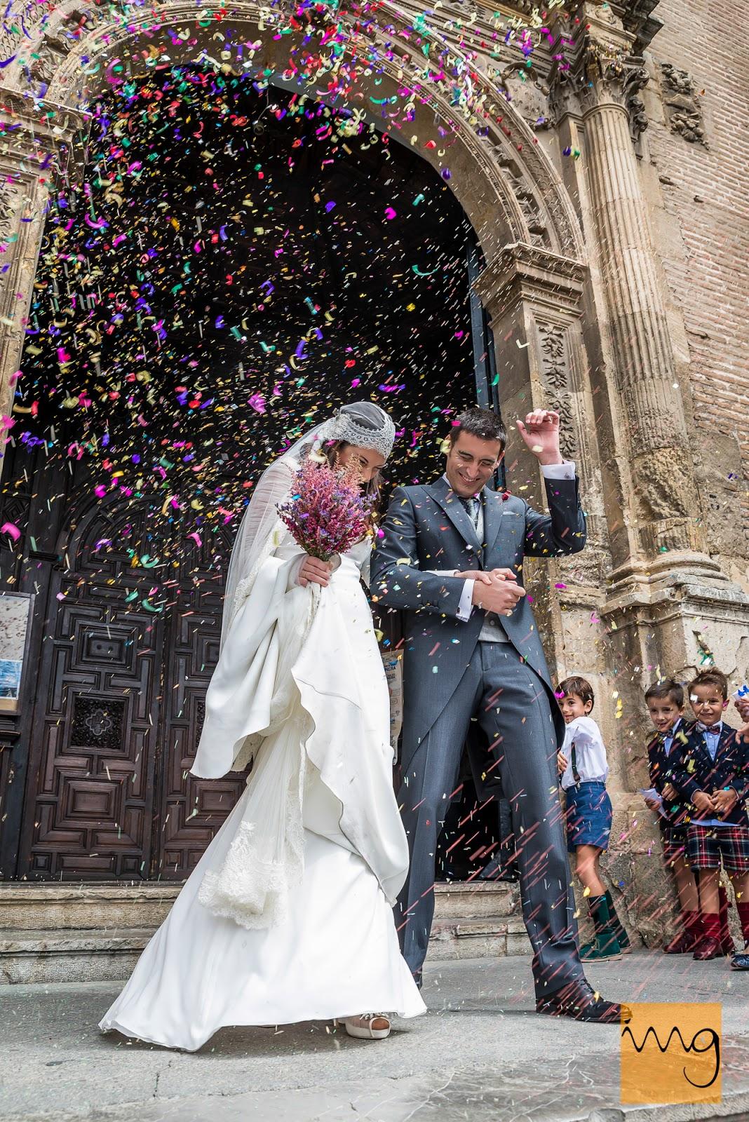 Fotografía de boda en Granada, Arroz y confeti para los novios