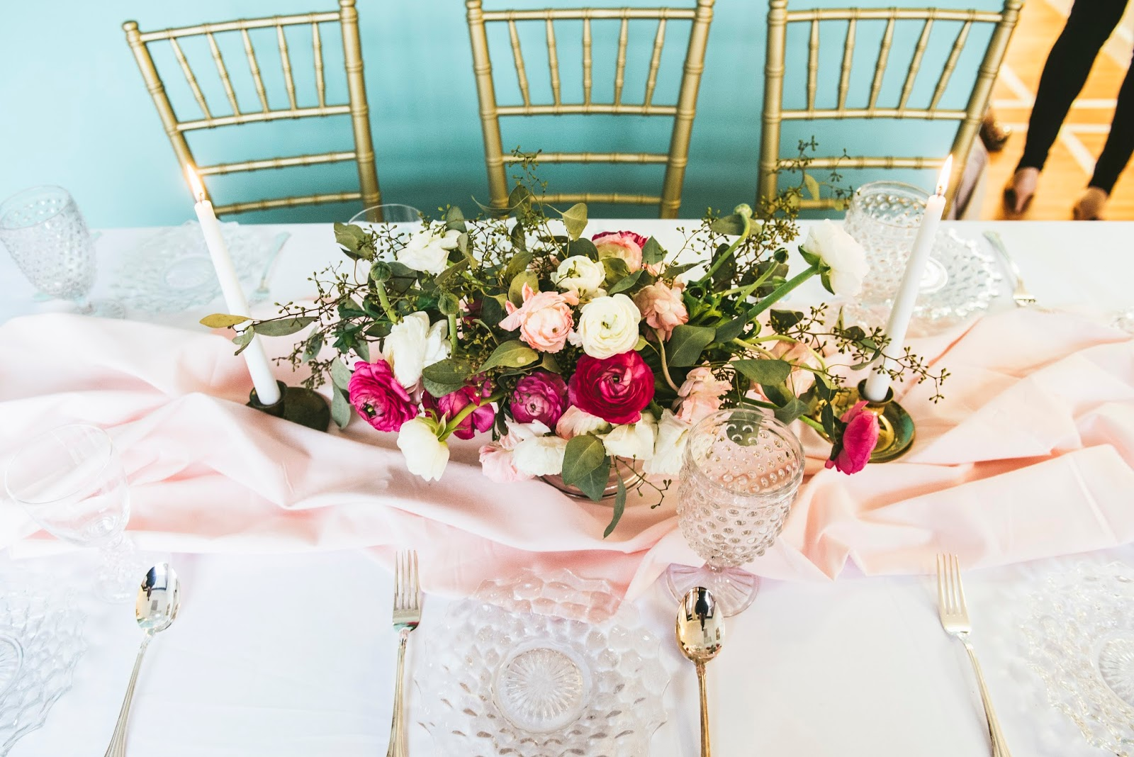 shades-of-pink-romantic-styled-tablesetting-with-pink-draped-table-runner