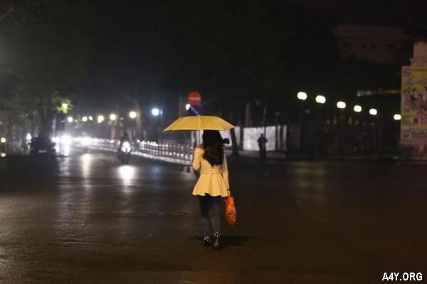 lang thang trên phố dưới cơn mưa tháng 6