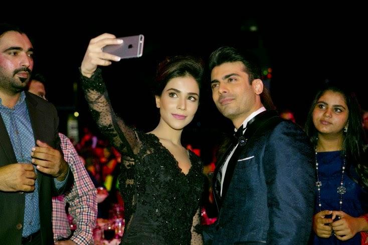 Humaima Malick clicks a selfie with Fawad Khan, Masala! Awards 2014 Inside Pics