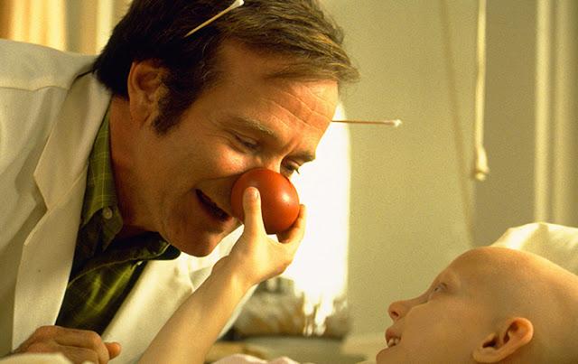 Fotograma de la película Patch Adams (1998), cine terapéutico basado en una historia real