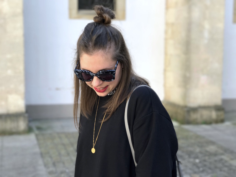 sweat noir H&M, collier Amour, lunette de soleil Jimmy Fairly