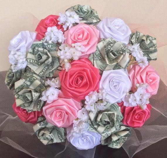 Un ramo de novia hecho con rosas de billetes