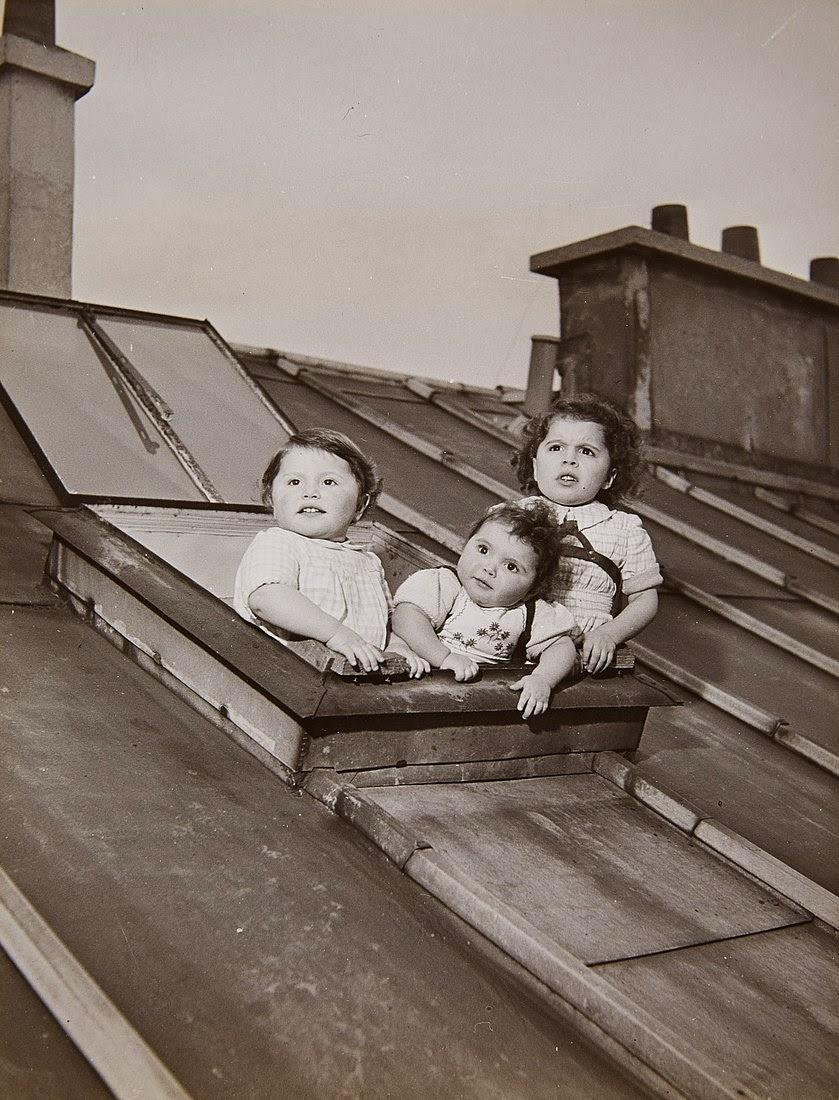 Pierre Salkazanov con tres años de edad retratado junto a sus hermanos por el famoso fotógrafo Robert Doisneau en la fotografía Les Enfants de Salkhazanoff (1950)