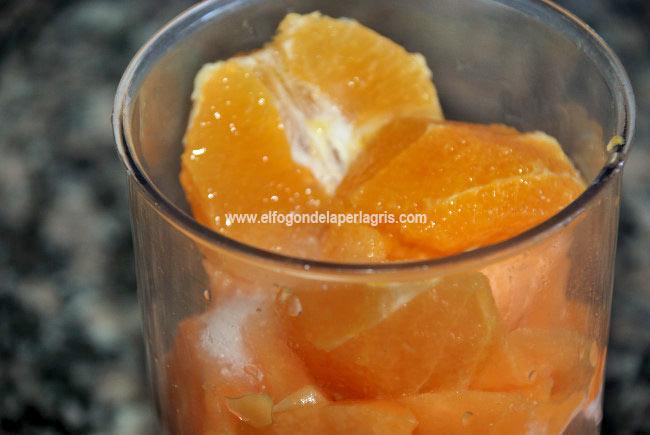 Colocar las frutas en el vaso de la batidora