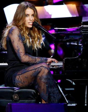 Foto de Debi Nova cantando en concierto