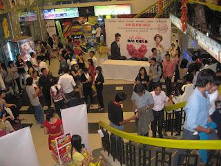 Tiendas repletas de gente por San Valentin en Vietnam