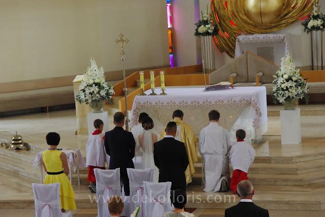 Ślubna dekoracja kościoła w Opolu na biało