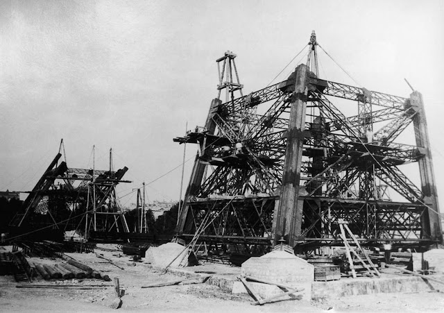 Construction of the legs with scaffolding. 1887.