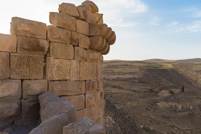 Detalle de inscripciones en las murallas del castillo de Shobak, Jordania
