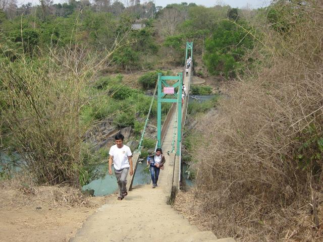 Cầu treo bắc qua sông Sêrêpốk