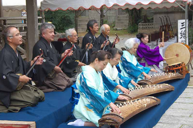 men. sanshin, women, koto, drums, kimonos