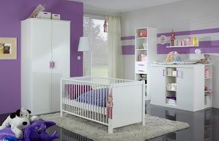 Cuarto para bebé morado blanco