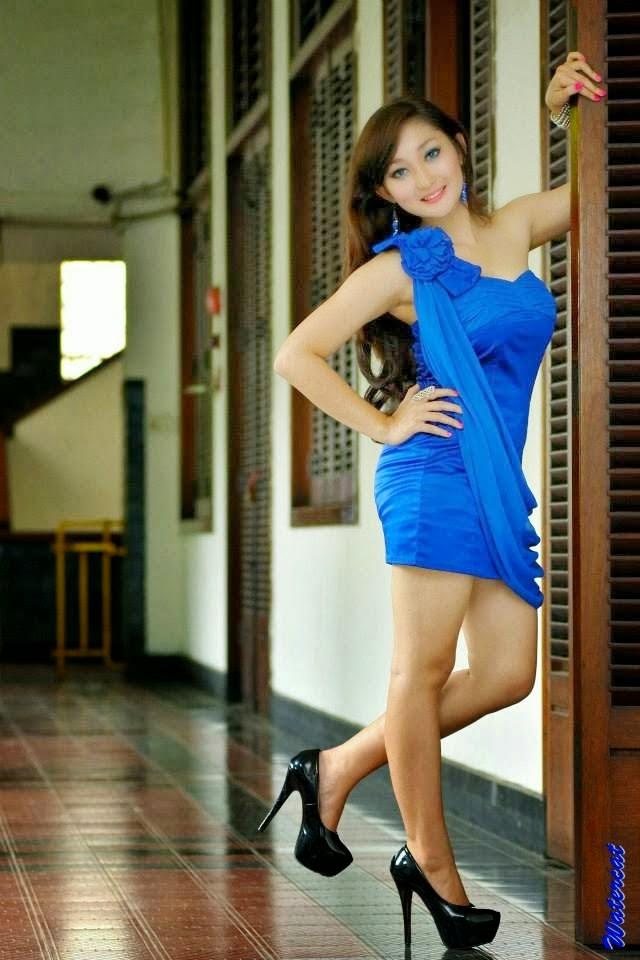 Chant Felicia Dengan Gaun Biru Sexy