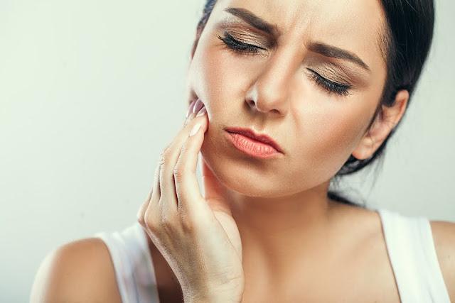 Penyebab dan Cara Mengatasi Gigi Ngilu yang Nyut-nyutan