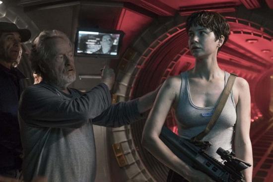 Ridley Scott junto a Katherine Waterston