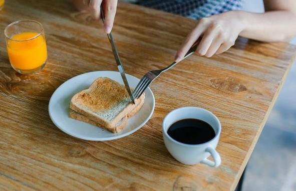 6 πράγματα που πρέπει να σταματήσεις να κάνεις όταν ξυπνάς το πρωί