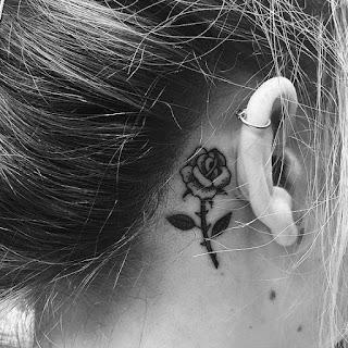tatuaje oreja rosa