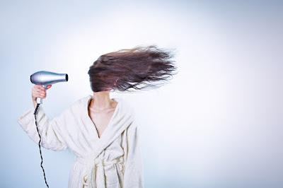mulher secando os cabelos