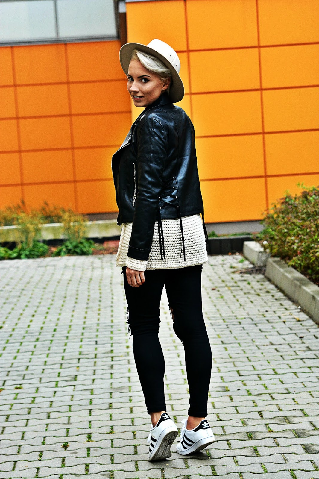 high_waist_pants_black_biker_jacket_beige_hat_5