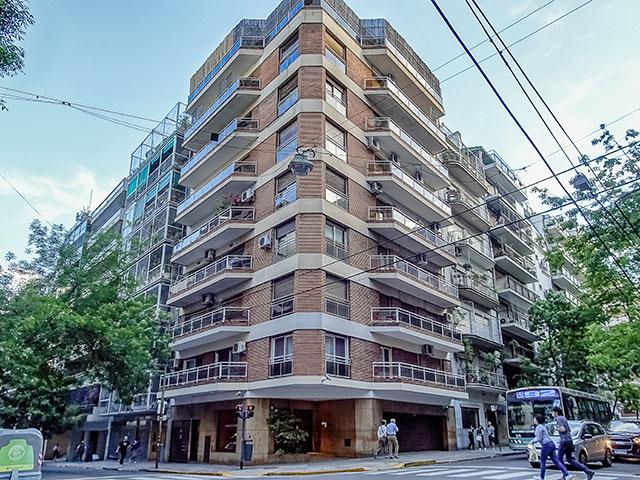 Edificio de departamentos en esquina.