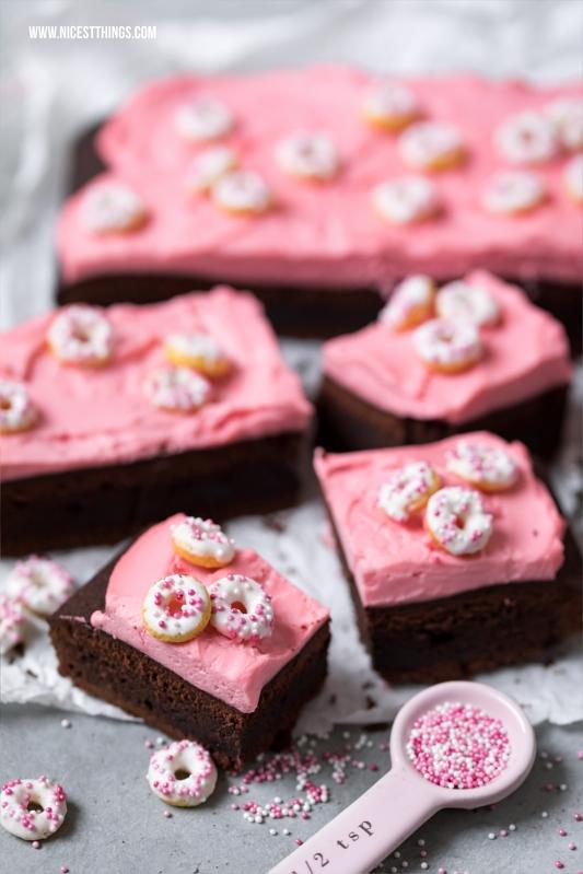 Mini Donut Sprinkles auf Mascarpone Kirsch Brownies
